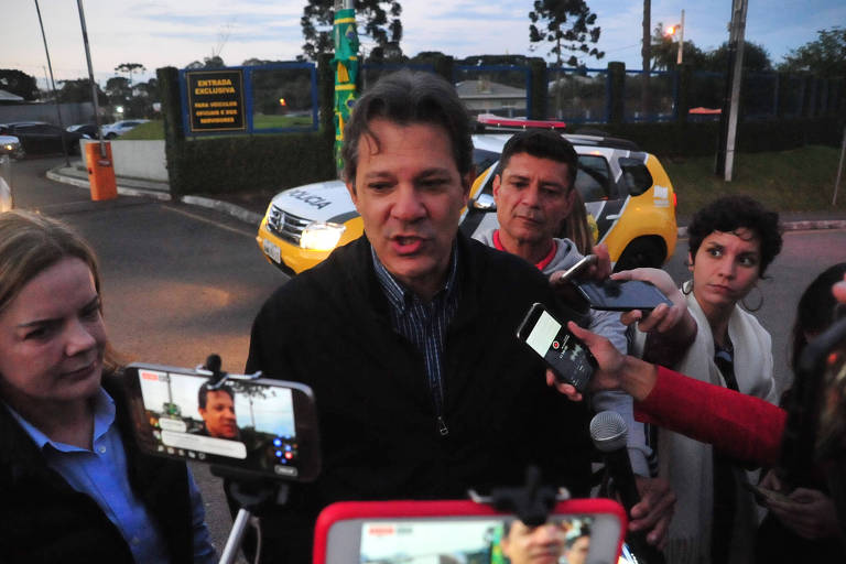 O ex-prefeito Fernando Haddad e a senadora Gleisi Hoffmann visitam o ex-presidente Lula na Superintendência da Polícia Federal, em Curitiba (PR)