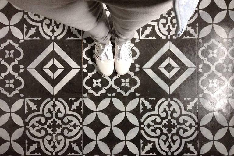 Blogueira ensina a fazer técnica de estêncil no chão de concreto