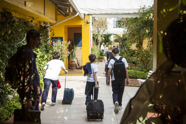 Estudantes de colégio particular em São Paulo; escolas privadas poderão ignorar decisão do STF
