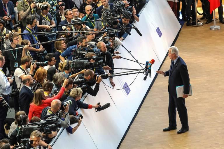 O responsável da União Europeia pelas negociações do 'brexit', Michel Barnier, conversa com jornalistas durante a cúpula em Bruxelas
