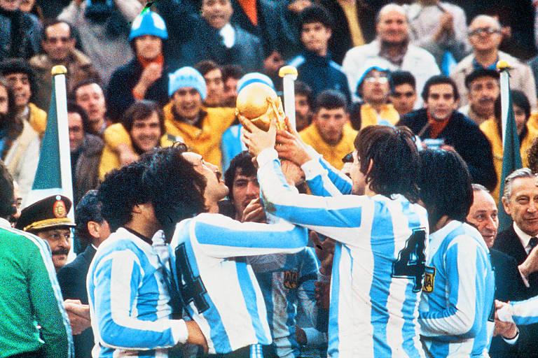 Leopoldo Luque, de camisa 14 e bigode (à esq.), ergue o troféu de campeão do mundo em 1978