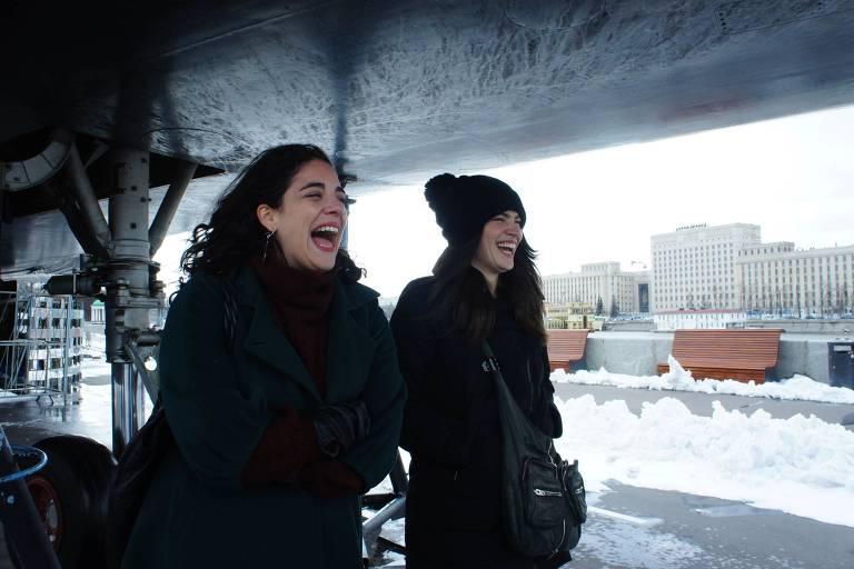 mulheres riem na neve