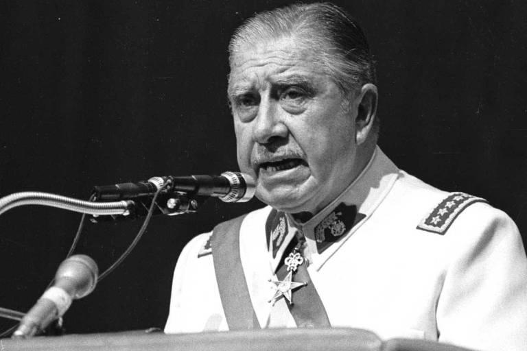 O ditador chileno Augusto Pinochet em discurso em Santiago em 1982