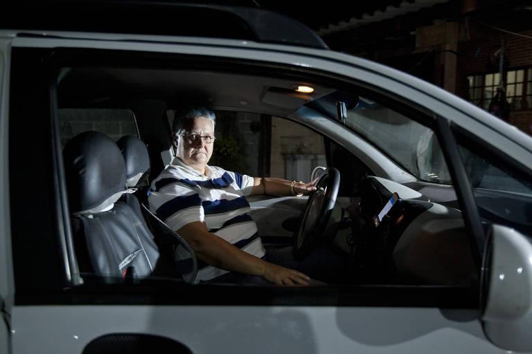 A motorista de Uber Célia Cantieri, 57, em seu Chery QQ