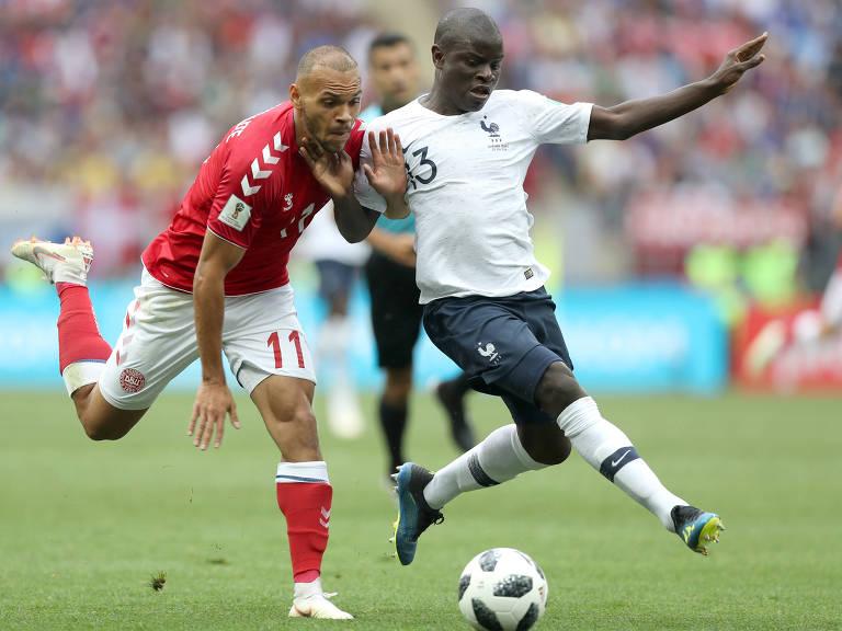 N'Golo Kanté (à dir.) durante partida da seleção francesa contra a Dinamarca