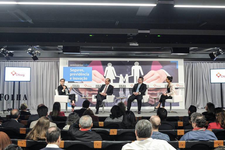 Plateia assiste ao debate da primeira mesa do seminário Seguros, Previdência e Inovação, no auditório da Folha, em São Paulo