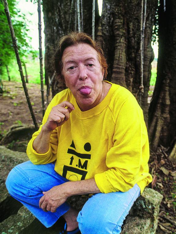 A escritora Hilda Hilst em foto de Renata Falzoni na revista Quatro Cinco Um