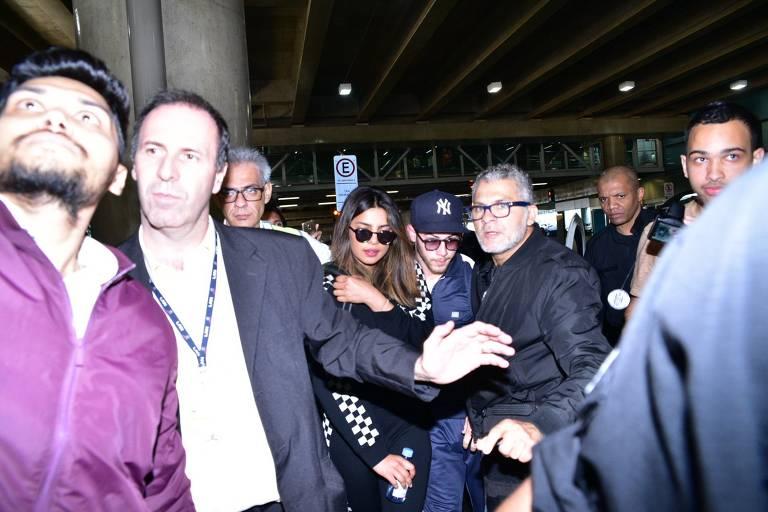 Nick Jonas e Priyanka Chopra chegam a São Paulo