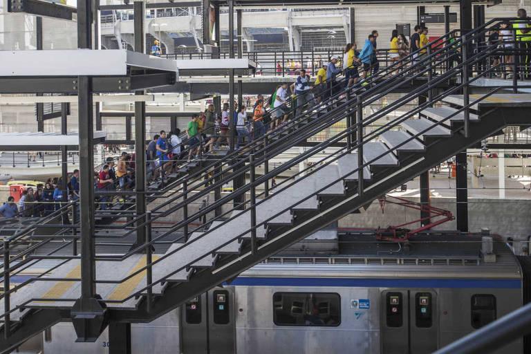 Passageiros em estação de trem do Rio de Janeiro