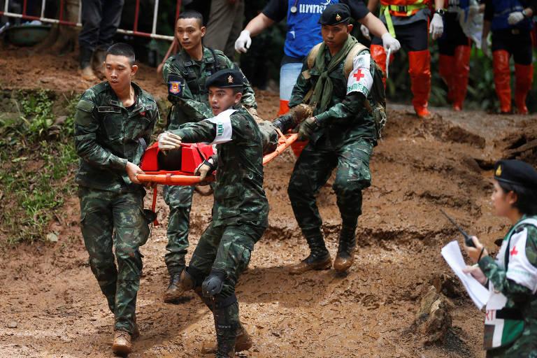 Equipe de futebol presa em caverna na Tailândia