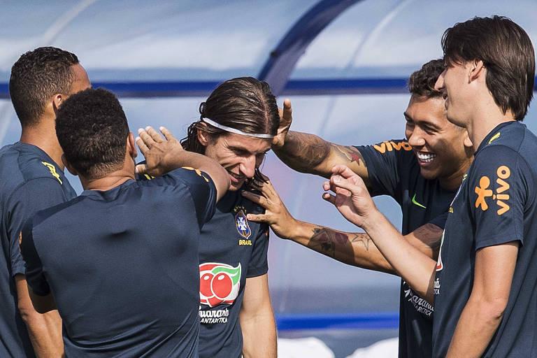 Jogadores brincam com o lateraql esquerdo Filipe Luís, durante treino da seleção brasileira neste sábado