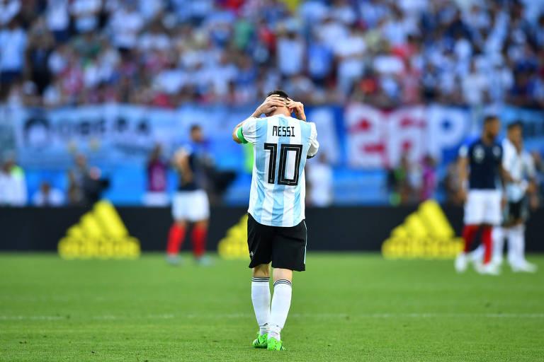 Lionel Messi leva as mãos à cabeça durante a derrota para a França