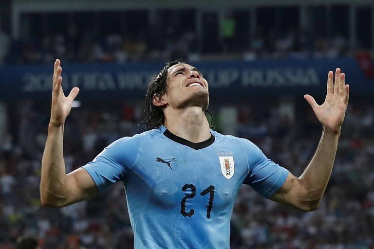 Cavani comemora seu segundo gol na partida contra Portugal
