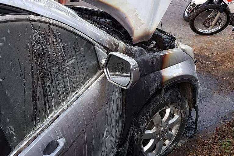 Homem incendeia carro estacionado em frente a sua garagem, em Pinheiros