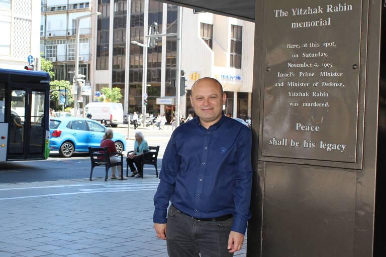 O brasileiro Roberto Reuven Ladijanski, vereador pela cidade de Tel Aviv, posa ao lado do memorial a Ytzhak Rabin