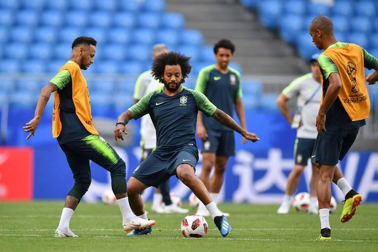 Marcelo disputa a bola com Neymar durante treino da seleção no domingo (1º)