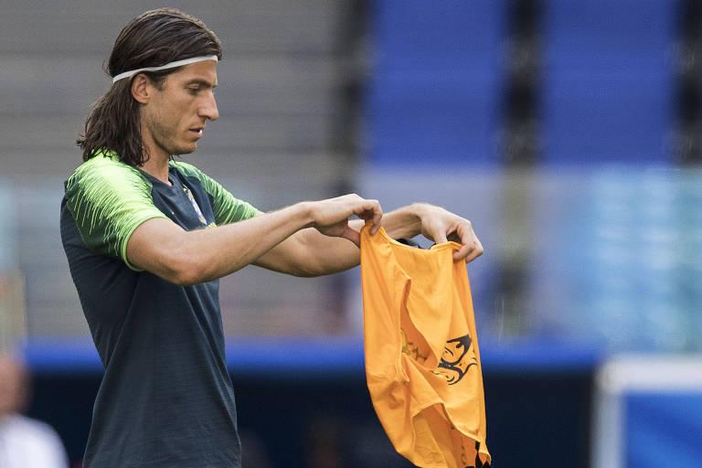 O lateral Filipe Luís recebe de Tite colete dos integrantes da equipe  titular da seleção 8d98d7239c2c5