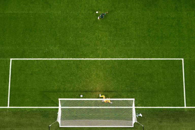O nigeriano Victor Moses marca de pênalti contra a Argentina