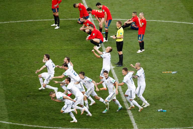 Russos correm para comemorar a classificação contra a Espanha às quartas de final do Mundial