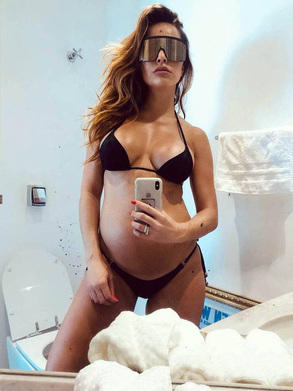 À espera de uma menina, a apresentadora Sabrina Sato publicou uma foto aonde mostra a barriga de 19 semanas no espelho do banheiro