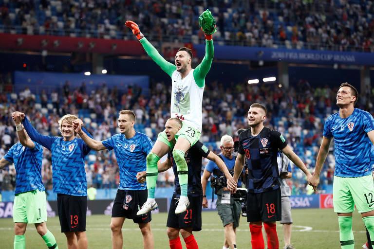 Jogadores croatas comemoram a vitória por pênaltis contra a Dinamarca