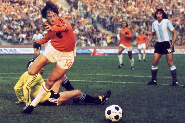 Cruyff dribla o goleiro Carnevali para marcar um dos gols da Holanda contra a Argentina na Copa do Mundo de 1974