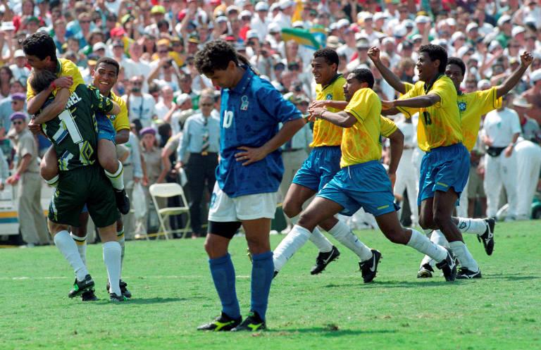 Roberto Baggio, de cabeça baixa, lamenta o pênalti chutado por cima do gol