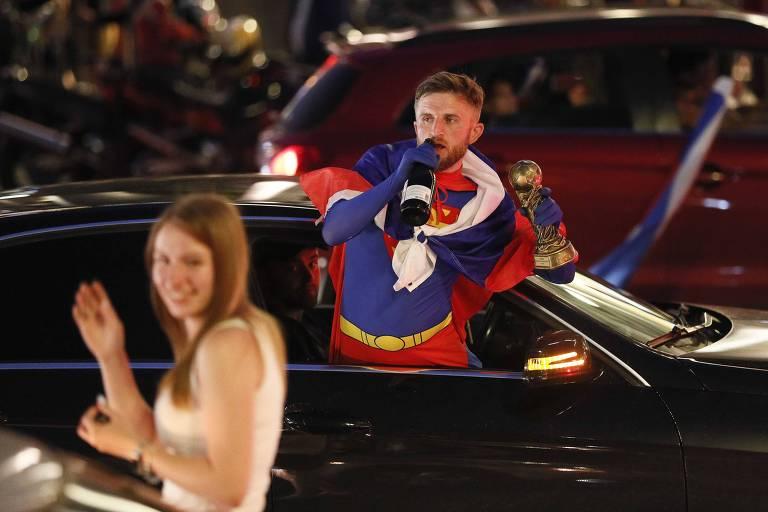 Russos celebram vitória sobre a Espanha na Copa