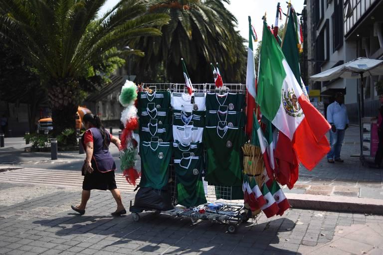 Vendedor com artigos mexicanos nas ruas da Cidade do México