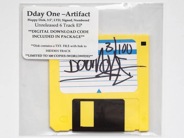 Disquete amarelo com assinatura do DJ