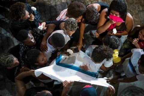 Justiça nega tratamento psicológico a família de menino morto pela polícia no Rio
