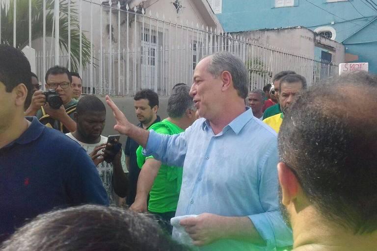 O presidenciável Ciro Gomes cumprimenta apoiadores no desfile cívico do 2 de Julho, em Salvador