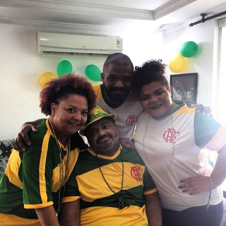 Arlindo Cruz recebeu alta nesta segunda (2) e assiste o jogo do Brasil ao lado da família