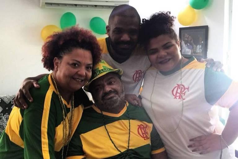 Arlindo Cruz posa ao lado de sua família ao receber alta no hospital