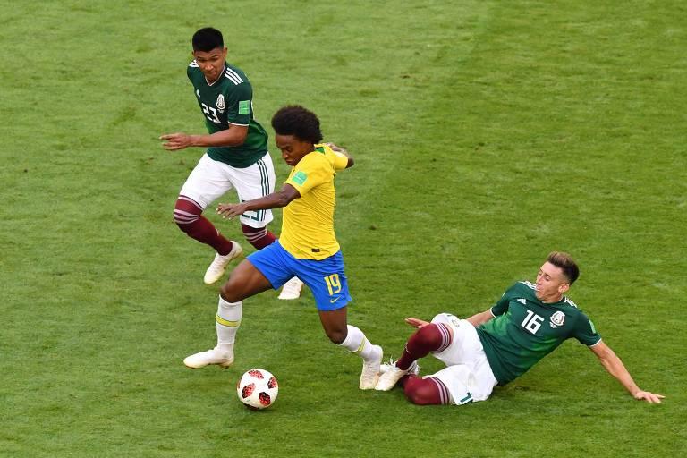 Willian passa por mexicano na vitória da seleção brasileira