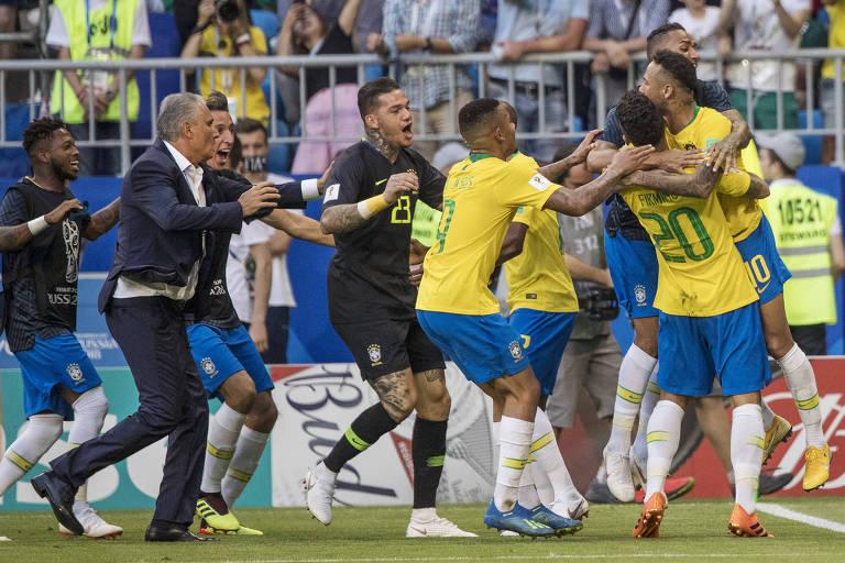 Tite corre para comemorar o segundo gol do Brasil, de Firmino, contra o México nas oitavas de final