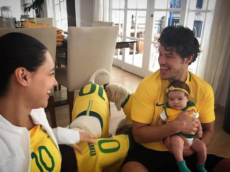 """José Loretto, Débora Nascimento e a filha, Bella, assistiram o jogo junto de seus amigos de quatro patas. """"12 patas e 6 pés quentes aqui em casa!"""", escreveu o ator na legenda"""