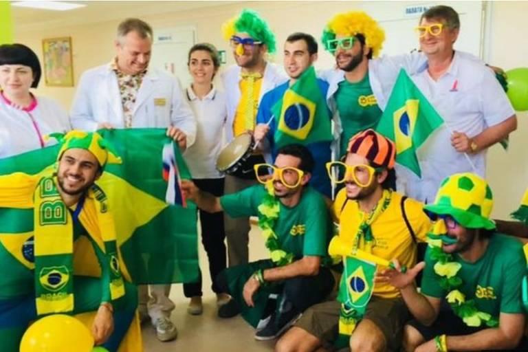 Vestidos de verde e amarelo, os brasileiros distribuíram presentes e brincaram com as crianças que estão passando por tratamento de quimioterapia