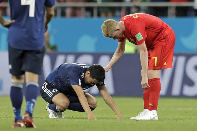 Kevin De Bruyne, da Bélgica, consola jogador japonês após o jogo
