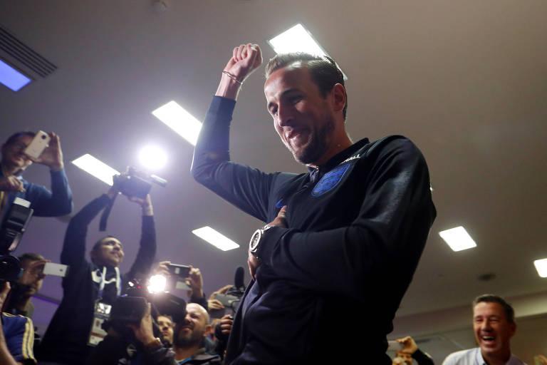 Harry Kane joga dardos rodeado pela imprensa antes de entrevista coletiva em São Petersburgo