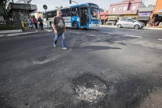 Avenida Jabaquara com bueiros tapados