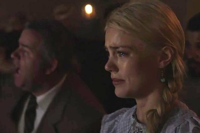 Jane acompanha a luta de longe e sofre por Camilo