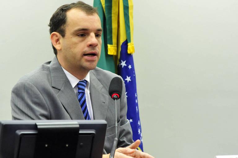 Frederico Paiva falando ao microfone