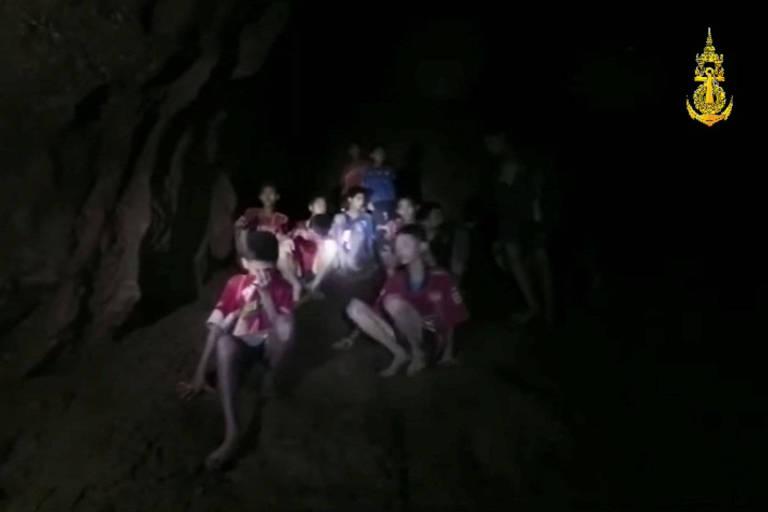 Foto da Marinha tailandesa mostra alguns dos 12 meninos presos em uma caverna inundada em Chiang Rai, no norte do país