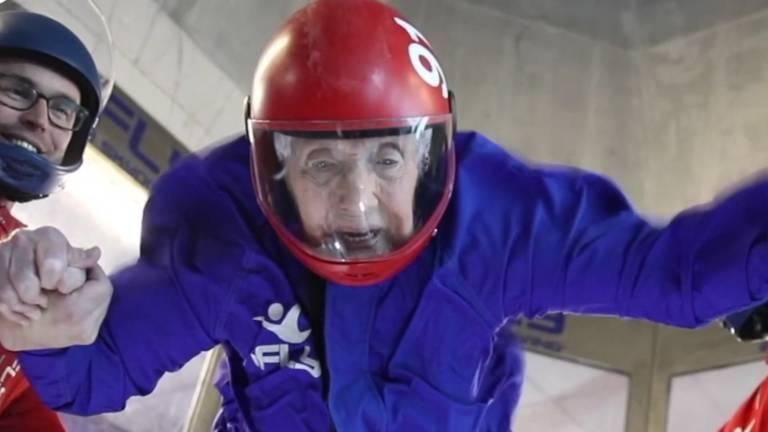 Eva Lewis, 102, comemorou seu aniversário com uma simulação de paraquedismo