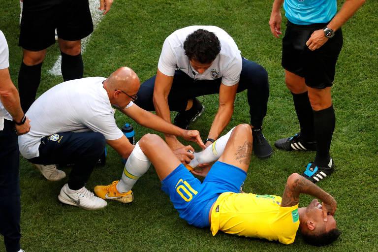 Neymar recebe atendimento médico durante o jogo entre Brasil e México