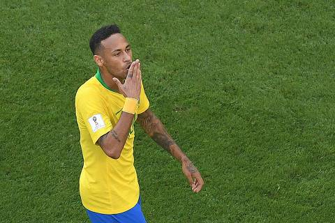 Brazil's forward Neymar celebrates scoring the opening goal during the Russia 2018 World Cup round of 16 football match between Brazil and Mexico at the Samara Arena in Samara on July 2, 2018. / AFP PHOTO / Kirill KUDRYAVTSEV / RESTRICTED TO EDITORIAL USE - NO MOBILE PUSH ALERTS/DOWNLOADS