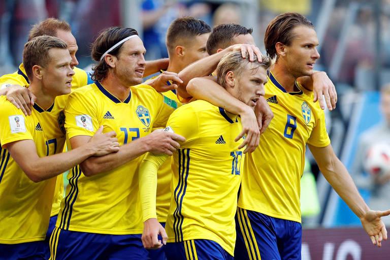 Forsberg, autor do gol da vitória, é abraçado pelos companheiros suecos
