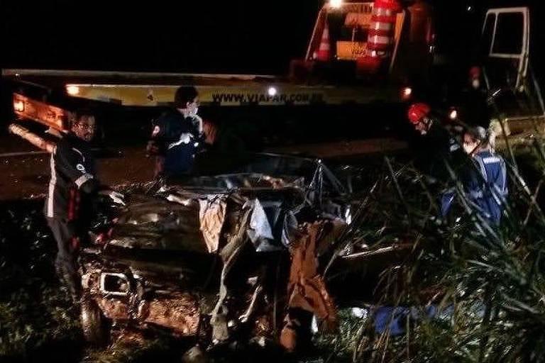 Um violento impacto frontal entre uma carreta conduzida em alta velocidade e um veículo provocou a morte de cinco integrantes de uma mesma família na noite desta segunda-feira (2) na BR 369, próximo ao trevo do município de Mamborê