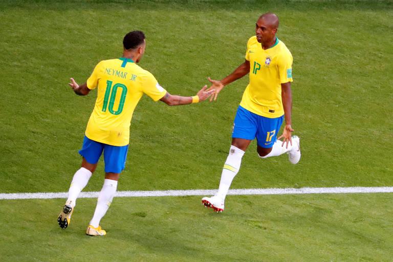 Fernandinho comemora com Neymar gol do Brasil sobre o México